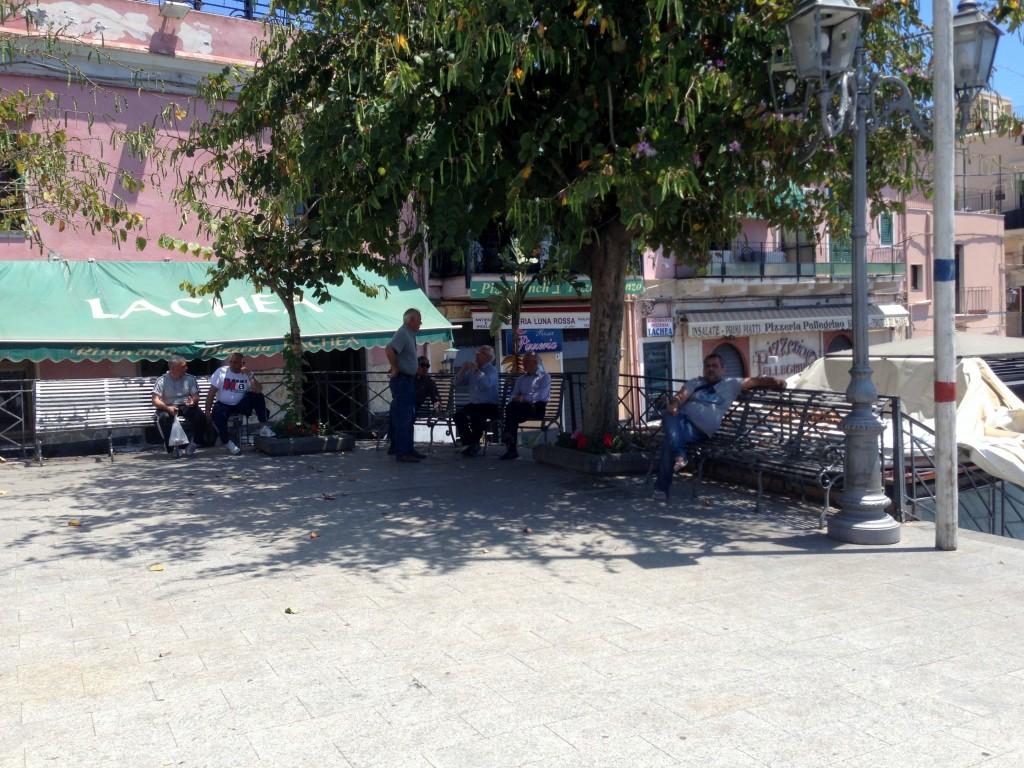 Nonni in piazza Aci Trezza